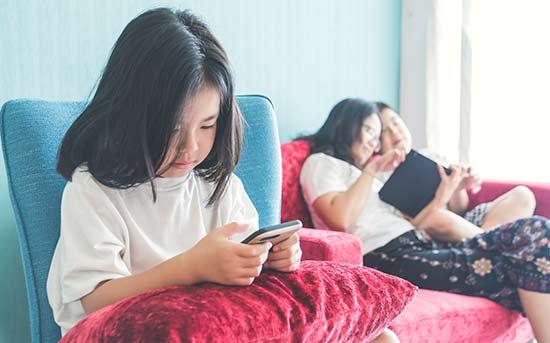 스마트폰을 사용하는 소녀