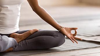 5 posizioni yoga che puoi fare ogni mattina per migliorare la tua salute