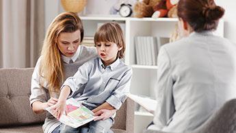 Une mère et son enfant autiste