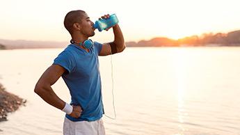 L'acqua è meglio degli sport drink