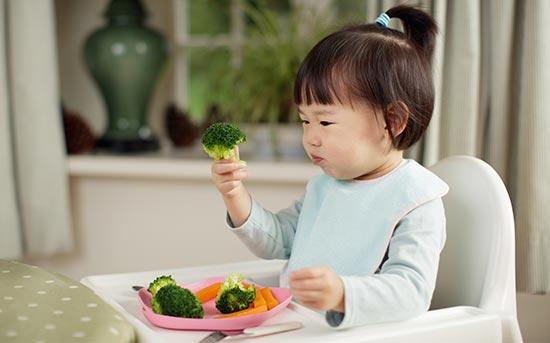브로콜리를 먹는 아이