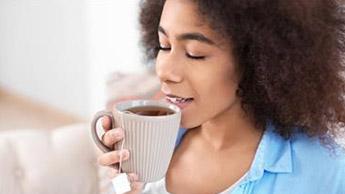 kobieta z herbatą