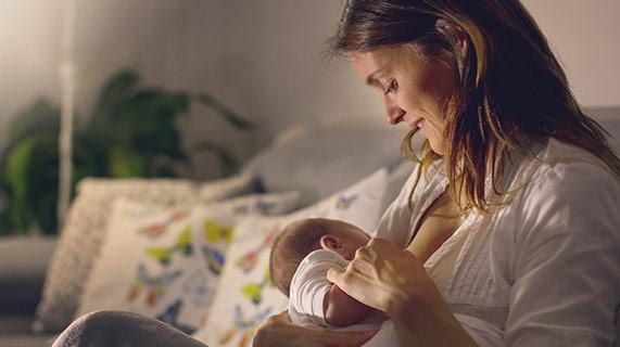 mãe amamentando um bebê