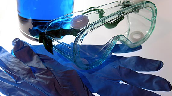 Fauci poleca noszenie okularów ochronnych jako sposób ochrony przed COVID-19