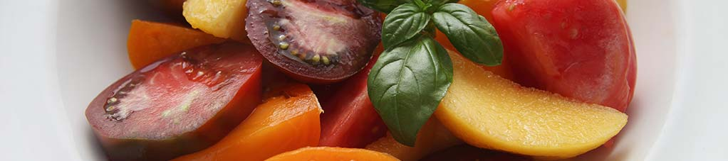 Insalata di pomodori e pesche con basilico