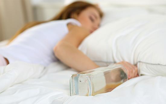 술병을 들고 자는 여자