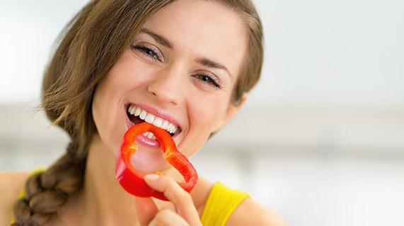 manger un poivron rouge