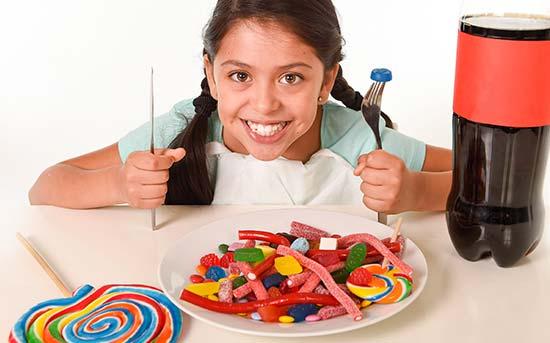 가공식품을 먹는 아이