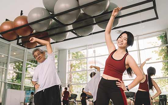 운동하는 노인과 여자