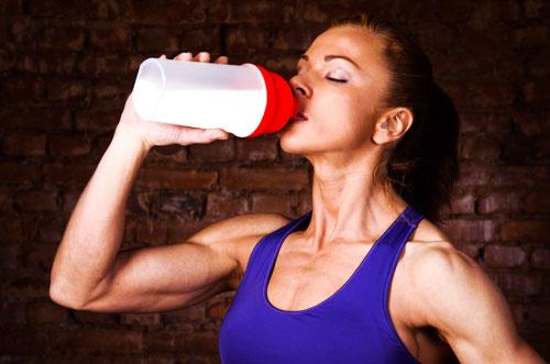 正在喝蛋白质奶昔的女性